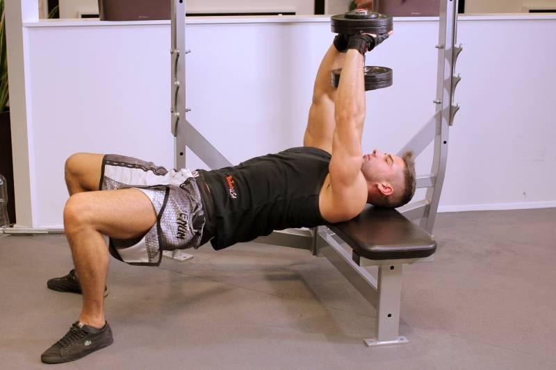 3 gyakorlat zsírégetésre a hátsó karokban és a mellkasban
